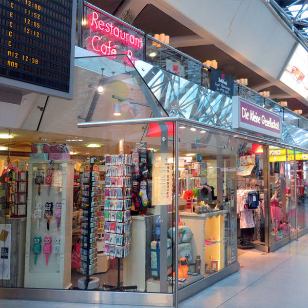 Die kleine Gesellschaft im Flughafen Tegel, direkt unter der Anzeigetafel in der Mainhall