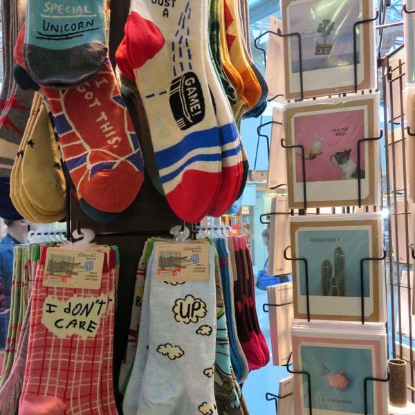 Witzige Socken als praktische Mitbringsel