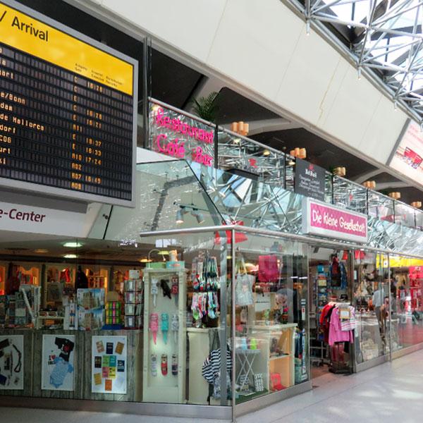 Die kleine Gesellschaft im Flughafen Tegel, direkt unter der Anzeigetafel